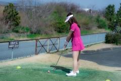 美女同士のゴルフパター対決